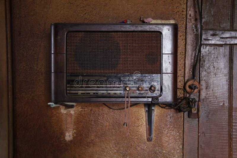 Старый тюнер радио в старом доме стоковая фотография