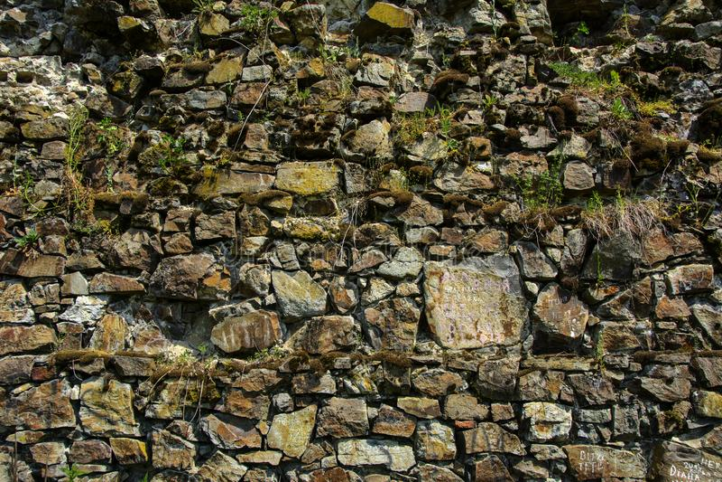 Старый увяданный камень в стене o треснутое выдержанной и разрушенной стоковые фото