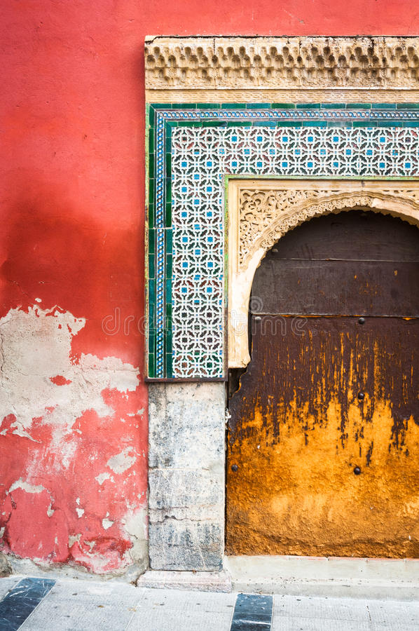 Старый украшенный конкретный вход стоковое фото rf