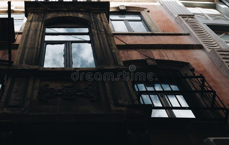 Старый фасад с отражением неба, индюком Стамбула стоковое фото rf