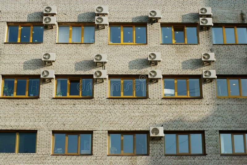Старый фасад кирпичного здания стоковая фотография rf