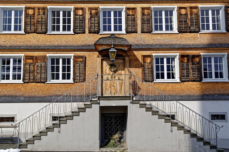 Старый фасад дома гонта с внешней лестницей стоковое фото rf