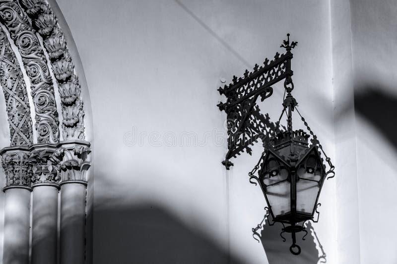 Старый фонарик на стене церков лютеранина Святых Питера и церков Пола (1838) в Санкт-Петербурге стоковые фото