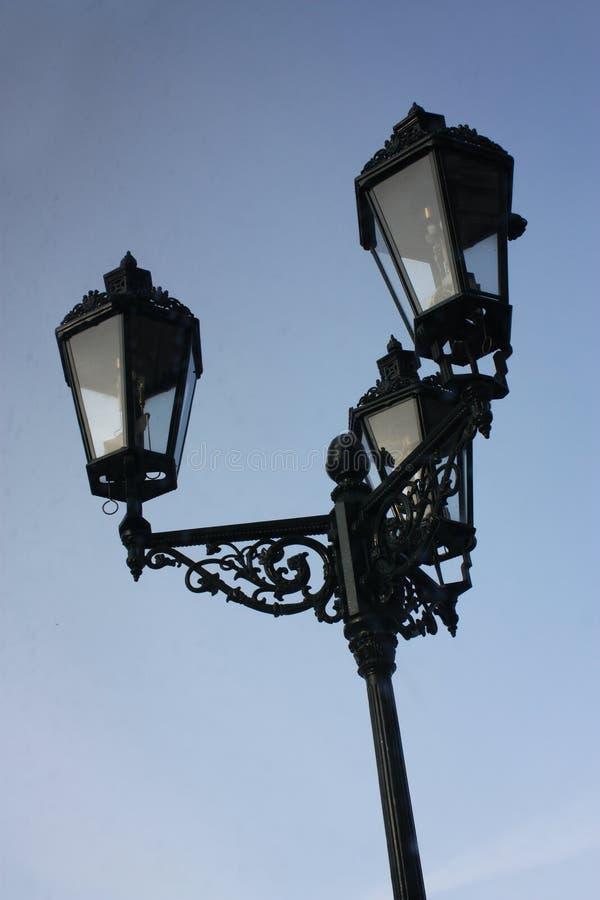 Старый фонарик улицы на нейтральной голубой предпосылке в Праге стоковые изображения