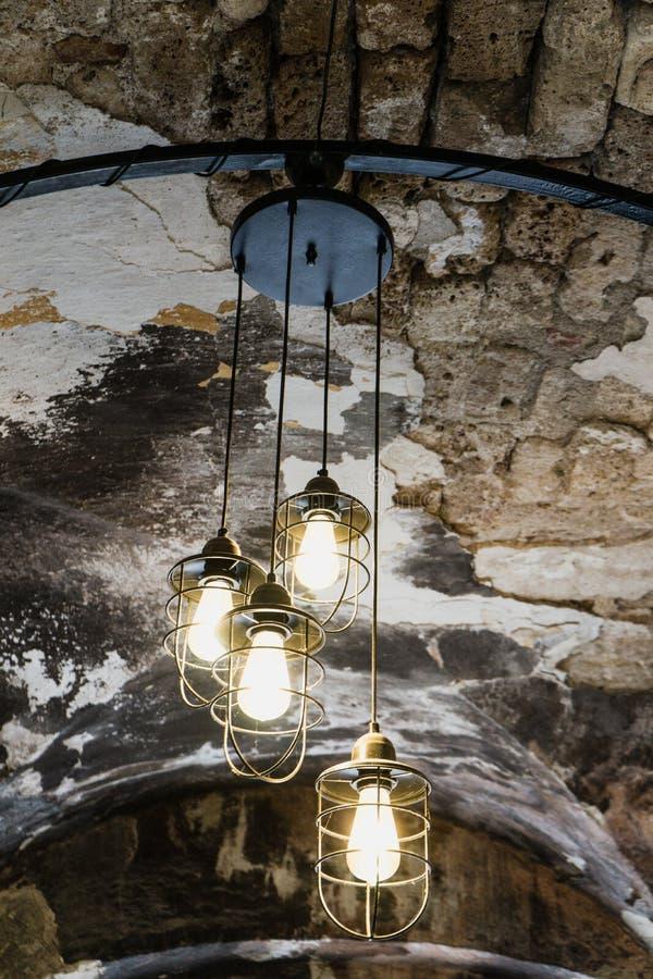 Старый фонарик улицы утюга, черная лампа для вида на крыше в кафе Дизайн интерьера лампы Шарик желтого света загорается и стоковые изображения rf