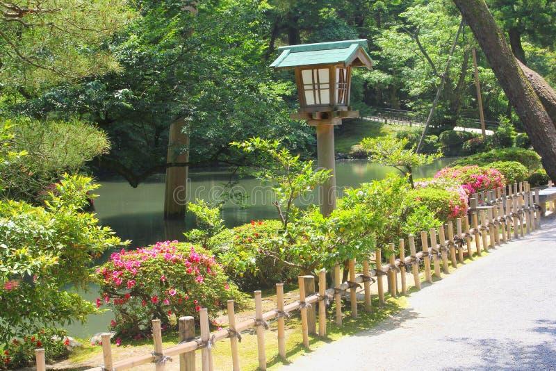 Старый фонарик цветет сады Kenrokuan деревьев заводов, Kanazawa, Япония стоковые фотографии rf