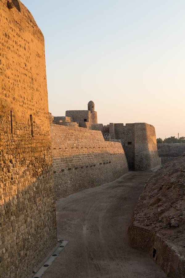 Старый форт Бахрейна на Seef в поздно вечером стоковое фото