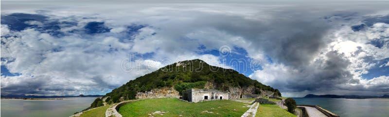Старый форт около берега моря, против облачного неба Снятый в солнечном дне Панорамное фото стоковое изображение