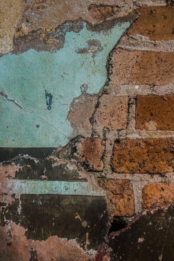 Старый цемент и треснутая кирпичной стеной винтажная предпосылка стоковые фото