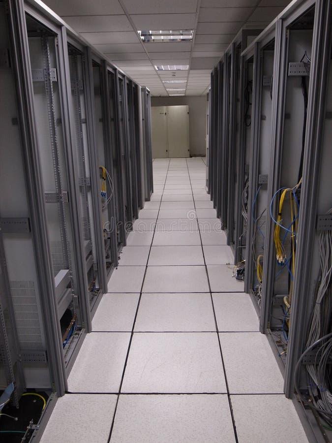 Старый центр данных кладет компановки на полку стоковые изображения rf