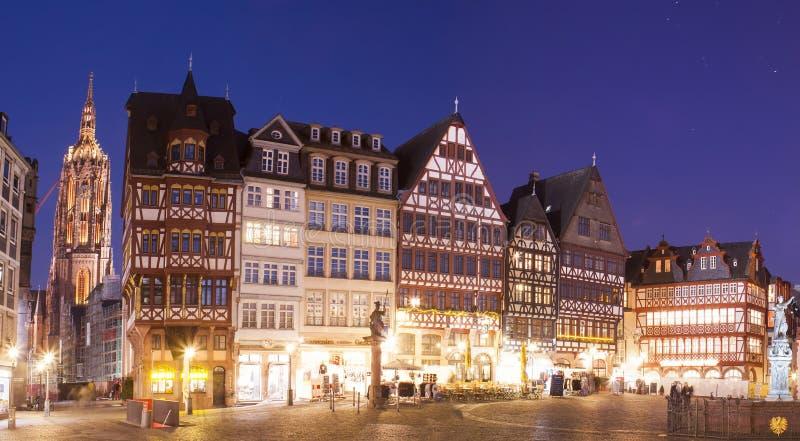Старый центр города Франкфурта-на-Майне, Romer Platz на ноче стоковая фотография rf