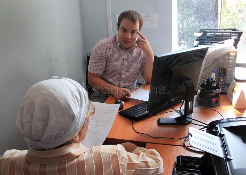 Старый человек в офисе стоковое изображение