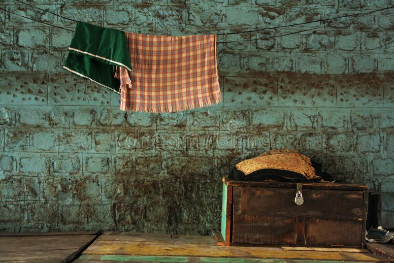 Старый чемодан и вися полотенца, Пуна, Индия стоковое изображение rf