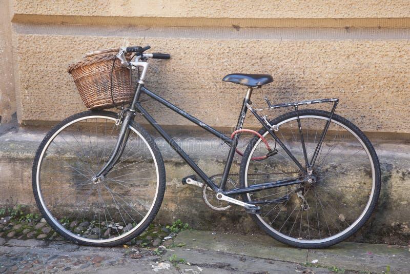 Старый черный велосипед в улицах Кембриджа стоковое фото