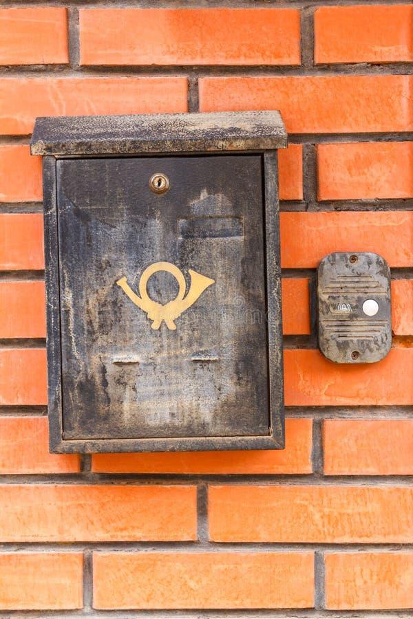 Старый черный почтовый ящик на стене стоковые фото