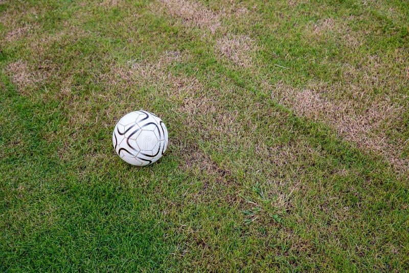 Старый шарик на искусственной дерновине на стадионе взгляд зеленого striped футбола стоковые изображения rf