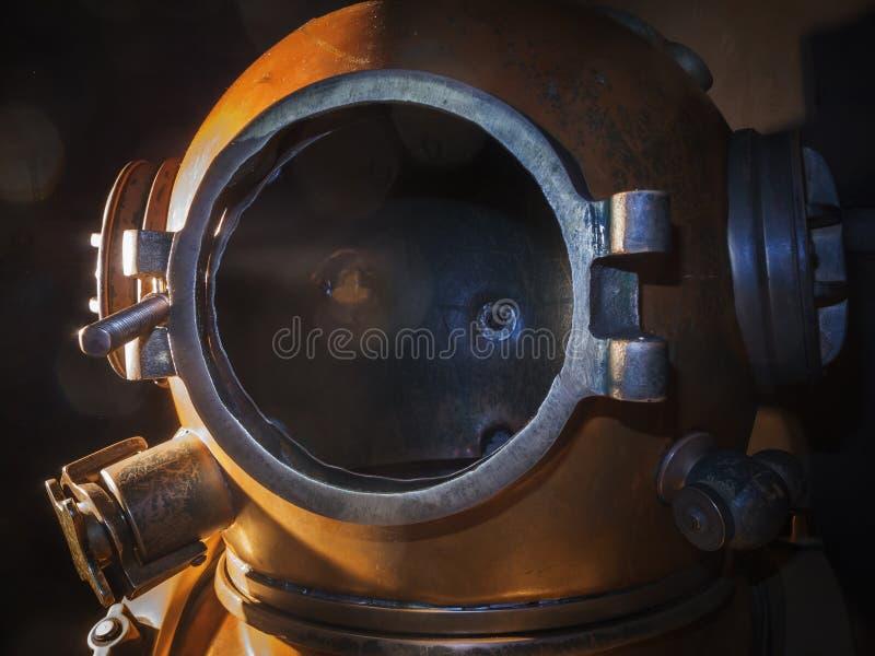 Старый шлем водолаза акваланга в темноте стоковое фото rf