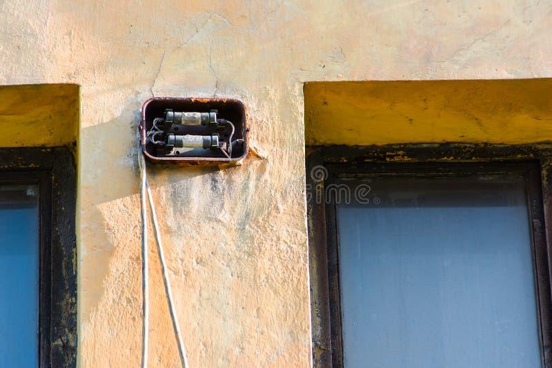 Старый электрический взрыватель на фасаде здания стоковая фотография rf