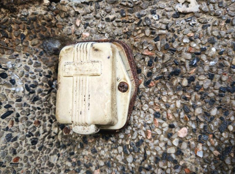 Старый электрический звонок установленный на каменные стены стоковое изображение