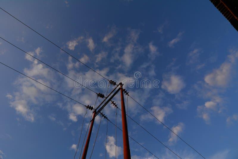 Старый электрический поляк против неба стоковое фото