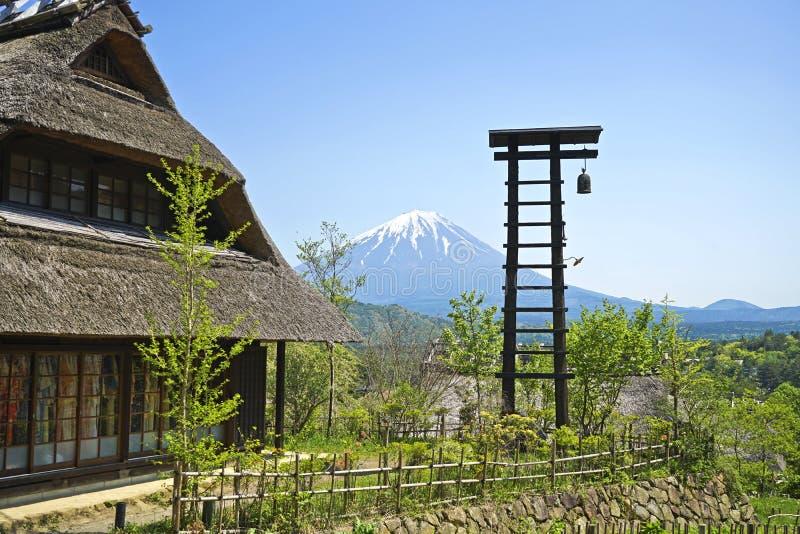 Старый японский дом около горы Фудзи стоковые фото