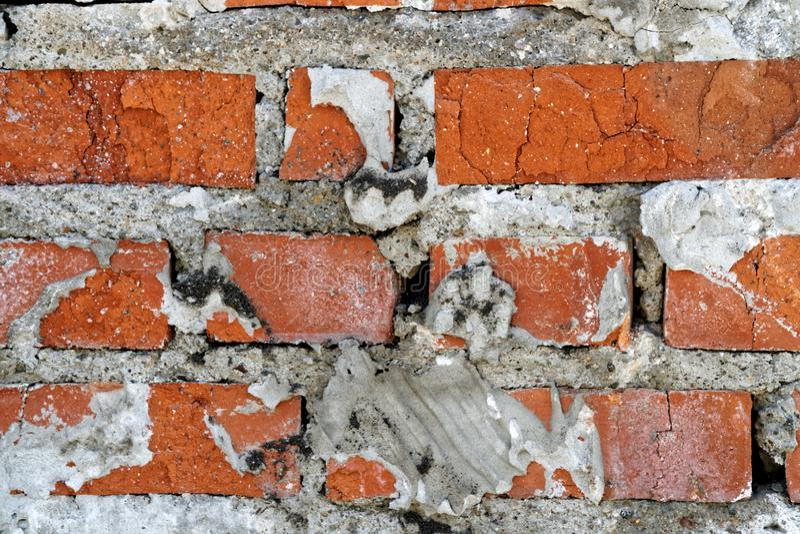 Старый bricklaying камина в получившемся отказ доме построенном в середине прошлого столетия стоковые фотографии rf