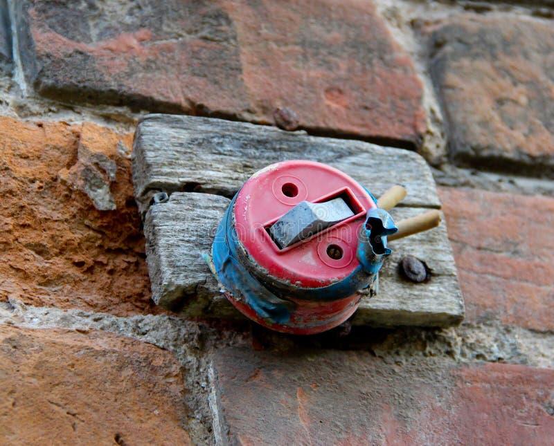 Старый disconnected выключатель на старой кирпичной стене стоковая фотография