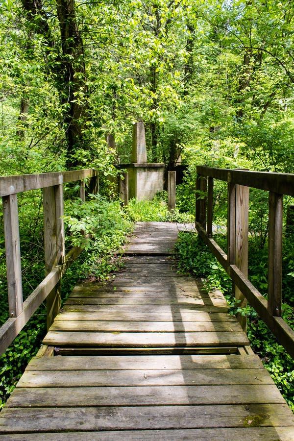 Старый footbridge над заводью около озера скреплени губернатора в сельском Иллинойсе стоковые фото