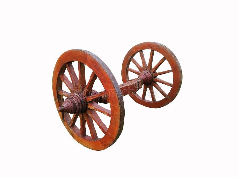 Старый grunge и деревенское деревянное колесо изолированные на белой предпосылке стоковые фото