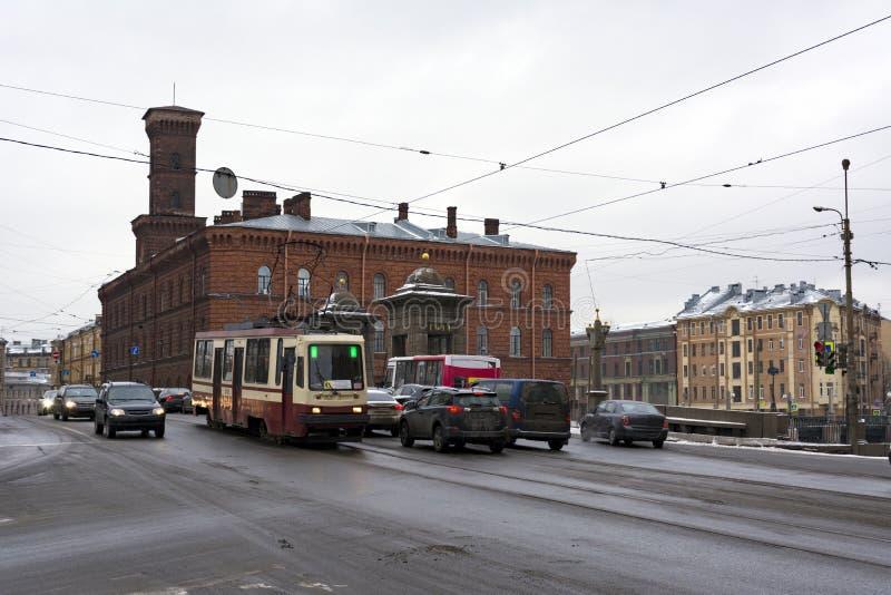 Старый-Kalinkin мост через реку Fontanka, ехать автомобили, трамвай стоковая фотография