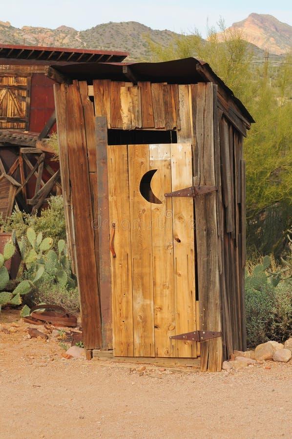 старый outhouse стоковое изображение