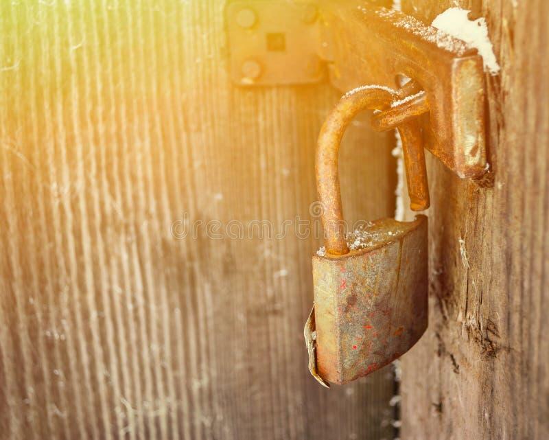 Старый padlock на деревянной двери стоковое фото