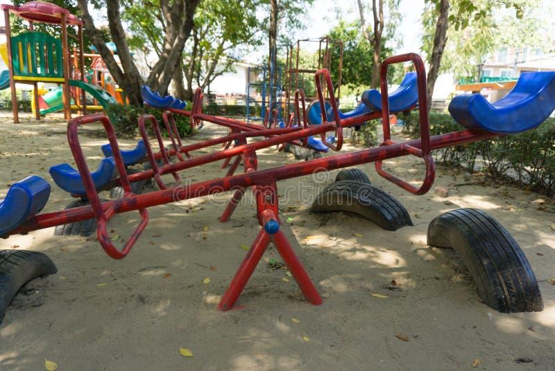 Старый seesaw в внешней спортивной площадке для детей стоковая фотография