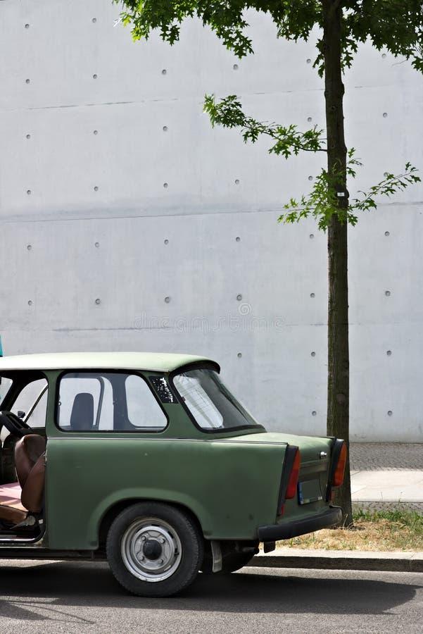 Старый Trabant автомобиль Винтажные Trabant высоко-здания припаркованные в немецком районе парламента в Берлине стоковые фотографии rf