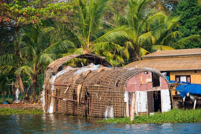 Старый wattled плавучий дом на подпорах Кералы. стоковые фотографии rf