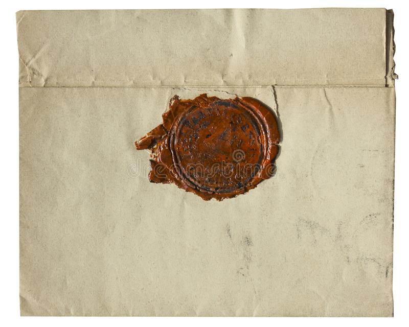 Старым конверт пожелтетый годом сбора винограда при красное уплотнение воска - изолированное на белой предпосылке стоковое изображение