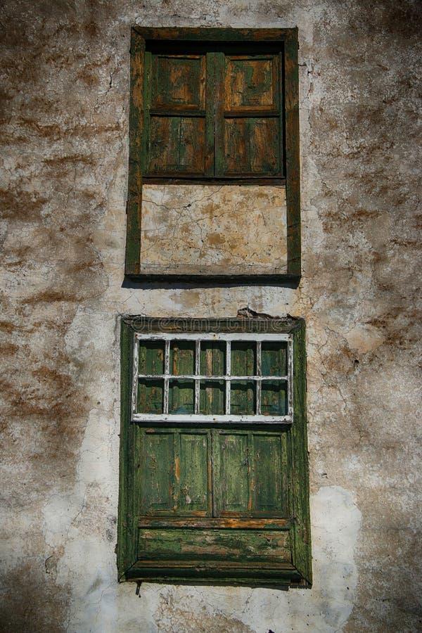 Старым окна выдержанные испанским языком стоковые фото
