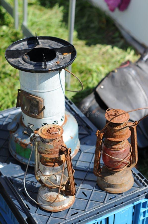 2 старых лампы керосина на блошинном стоковые фото