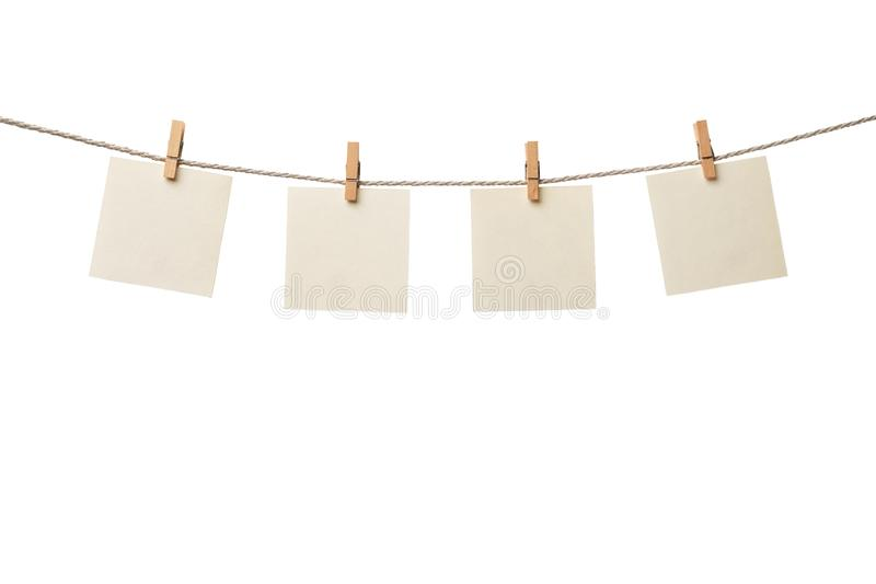4 старых бумажных пустых примечания вися на веревочке изолированной на белой предпосылке стоковое изображение