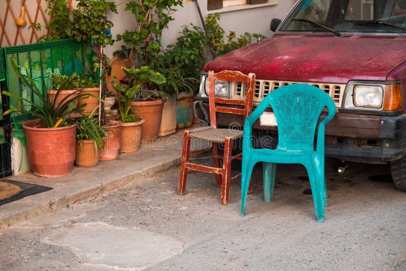 2 старых винтажных стулья и цветочного горшка утихомиривают взгляд установки деревни стоковое изображение