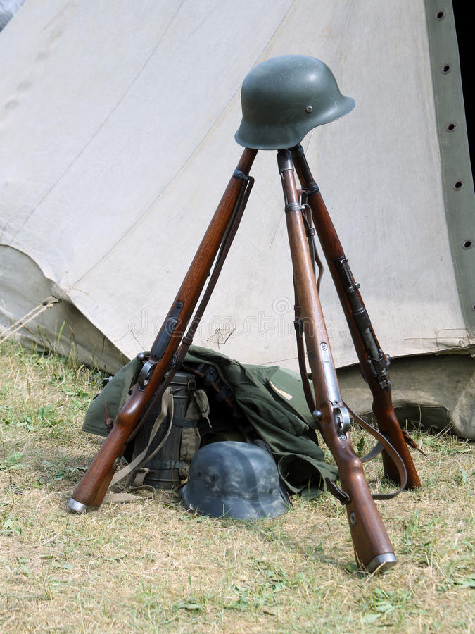 3 старых винтовки войны и шлема мертвого солдата на войне стоковое фото rf
