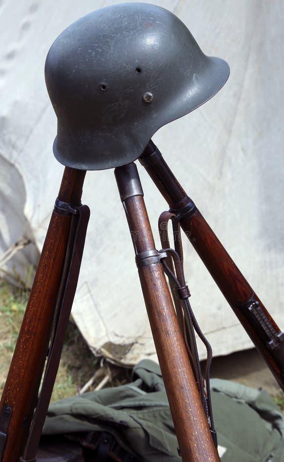 3 старых винтовки войны и шлема мертвого солдата на войне стоковые фото