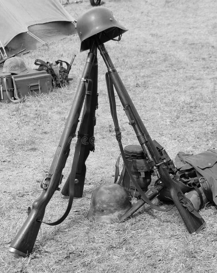3 старых винтовки войны и шлема мертвого солдата стоковые фотографии rf