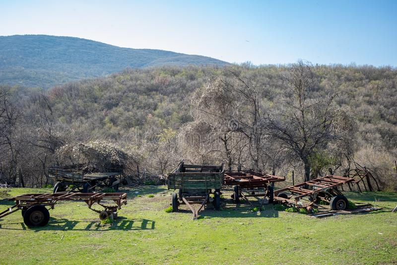 5 старых ржавых трейлеров фермы сидя в поле стоковое фото rf