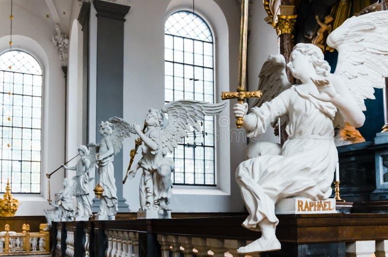 Download 4 статуи ангелов в церков стоковое фото. изображение насчитывающей золото - 33729880