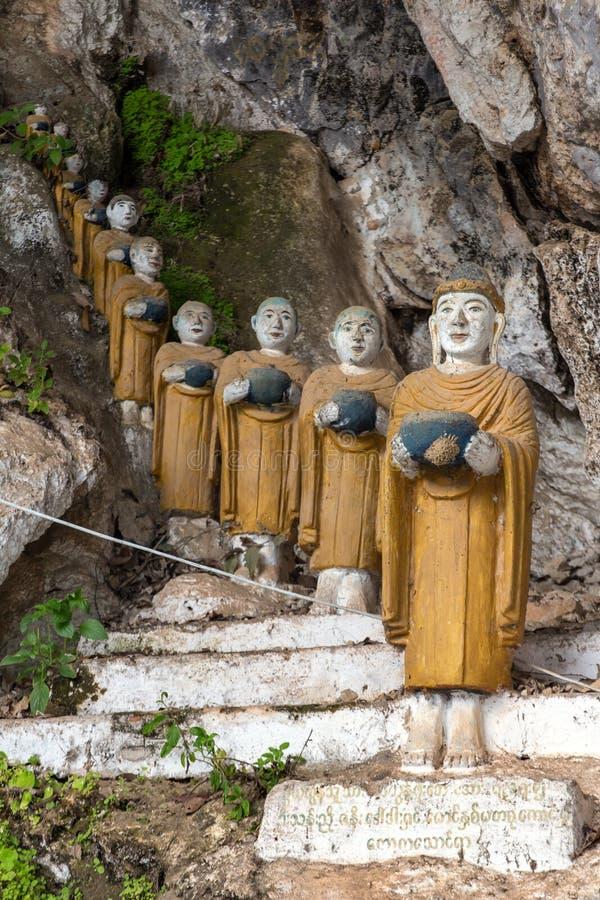 Статуи буддистов на Ka Thaung Kaw выдалбливают, Hpa-an стоковое фото