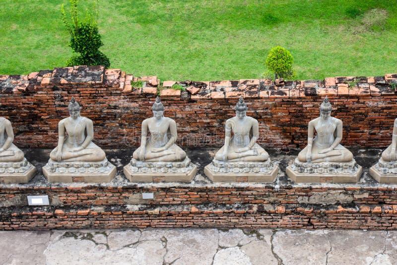 Статуи Будды на Wat Yai Chaimongkol известном и популярных туристских назначениях Ayutthaya, Таиланде стоковые фотографии rf
