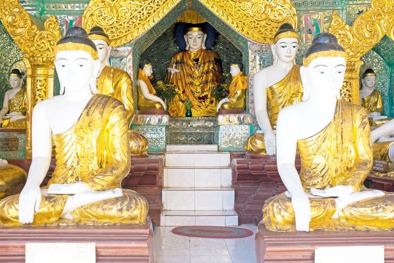 Статуи Будды внутри пагоды Shwedagon в Мьянме стоковая фотография