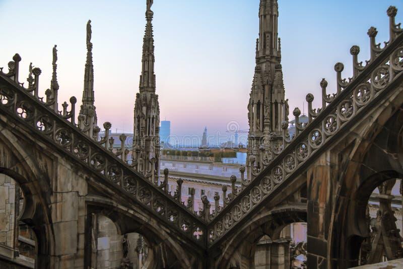 Статуи и декоративные элементы на крыше Duomo Милан вечера, взгляд города от террасы Duomo стоковое фото rf