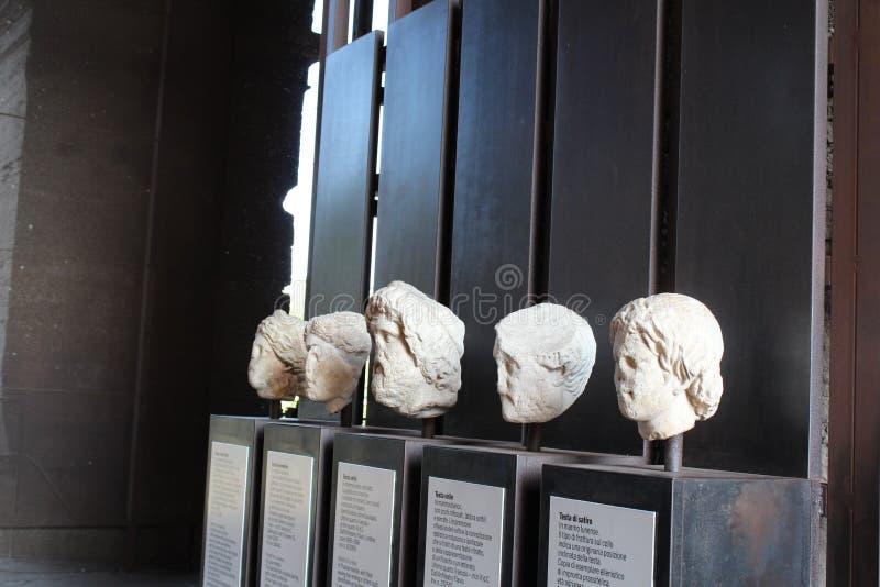 Статуи и скульптуры в colosseum Италии, Риме стоковые изображения